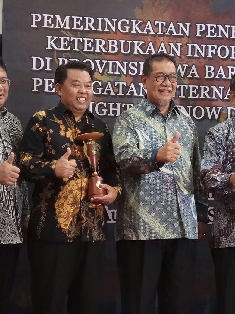 Kadiskominfo Kab.Bogor bersama dengan Wakil Gubernur Prov Jawa Barat pada acara Pemeringkatan Penerapan Keterbukaan Informasi Publik tingkat Provinsi Jawa Barat