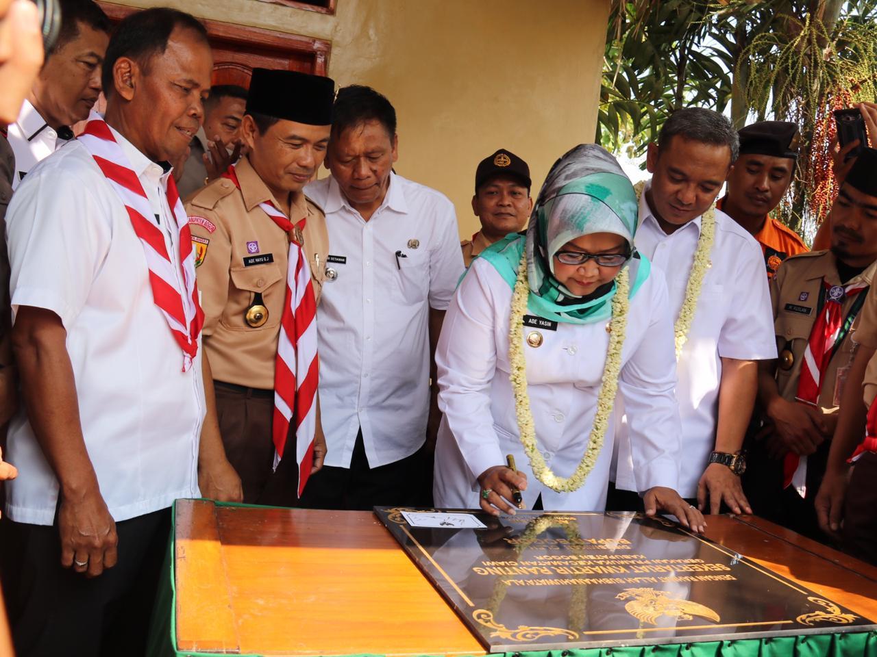 Boling di Kecamatan Ciawi, Bupati Bogor Berikan Secara Simbolis 500 KTP Elektronik Yang Sudah Jadi