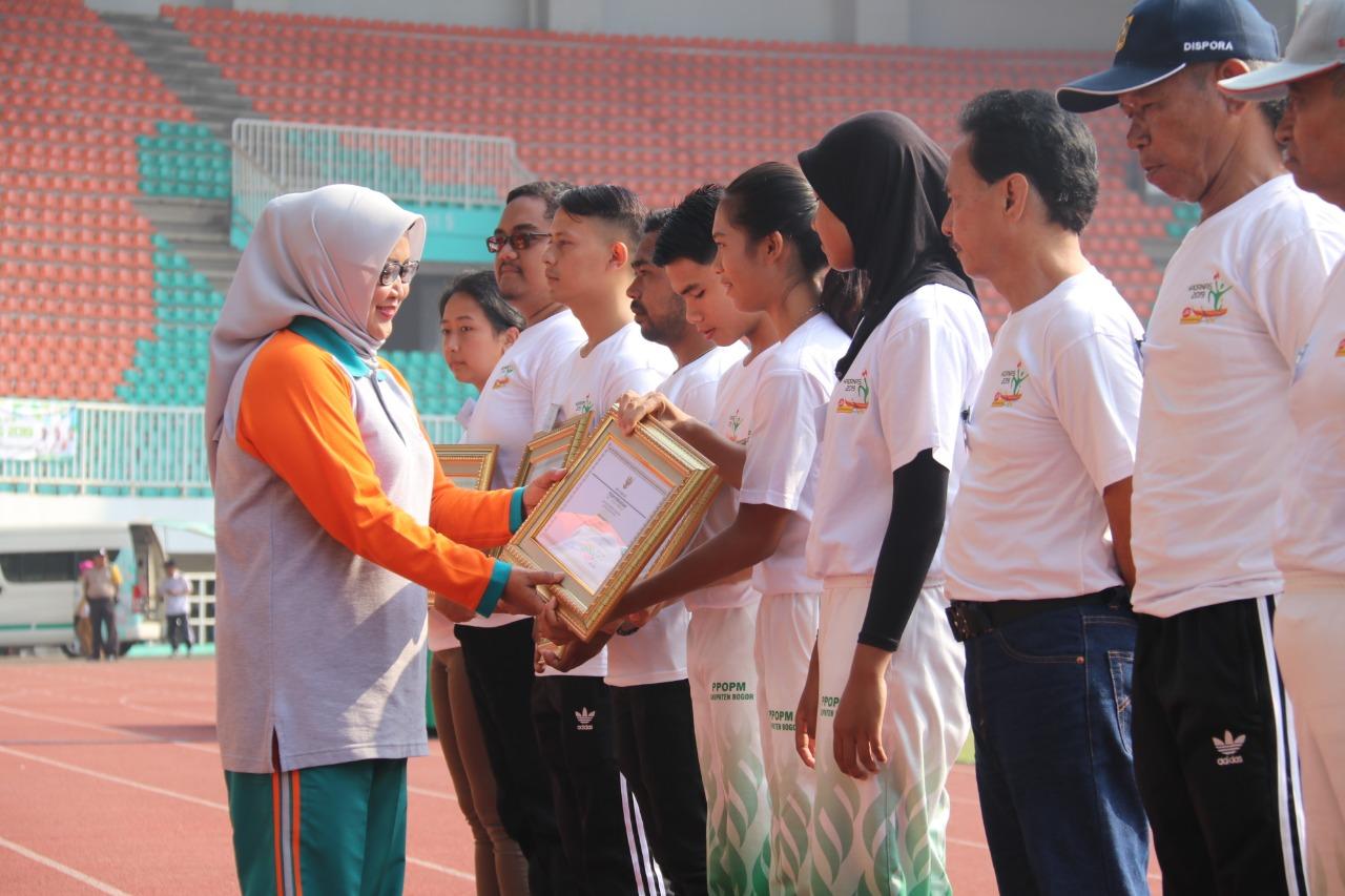Peringati HAORNAS Ke-36, Bupati Bogor Hadiahi Penghargaan Kepada Insan Olahraga Kabupaten Bogor Terbaik